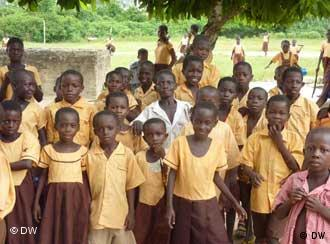 Ghanaische Schulkinder in Schuluniform (Foto: DW/von Hein)
