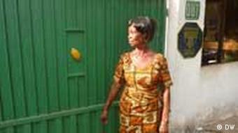 Eine Frau steht vor einem grünen Tor (Foto: DW/Von Hein)