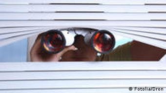 Symbolbild Spionage Fenster Fernglas Jalousie Rolladen