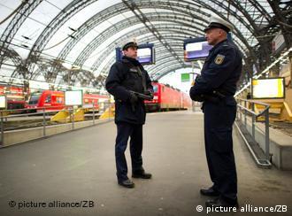 تدابیر امنیتی: دو پلیس آلمانی مجهز به مسلسل دستی در ایستگاه قطار درسدن