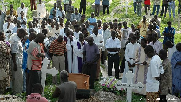 Catholic burial ceremony in Africa (picture-alliance/Godong)