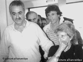 ابراهام سرفاتي مع زوجته أثناء عملية نفيه من المغرب في سبتمبر /أيلول عام 1991، حيث تم ترحيله إلى باريس.