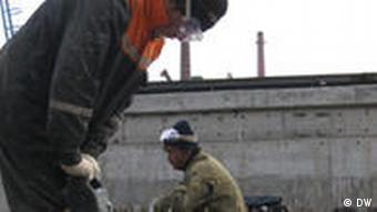 Männer arbeiten auf einer Baustelle (Foto: Roman Schell)