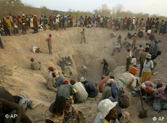 Arbeiter in der Diamantenmine. (AP Photo/Tsvangirayi Mukwazhi)
