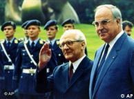 O chanceler federal Helmut Kohl (dir.) recebe o chefe de Estado e de governo da Alemanha Oriental, Erich Honecker, em Bonn (07/09/87)