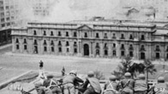 Der Regierungspalast La Moneda wird von putschenden Soldaten beschossen und aus der Luft bombardiert - Aufnahme vom 11. September 1973 (Foto: AP)