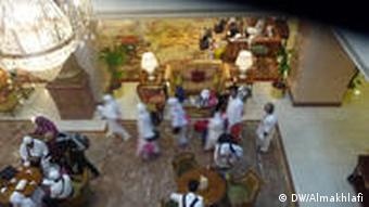 Pilger im Hotel Rechte: DW/Ali Almakhlafi