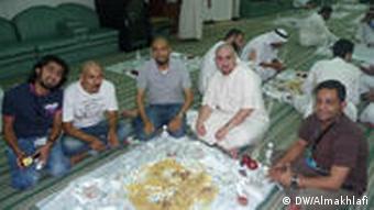 Ali Almakhlafi mit jungen saudischen Mitarbeitern des Pilgerbüros Rechte: DW/Ali Almakhlafi