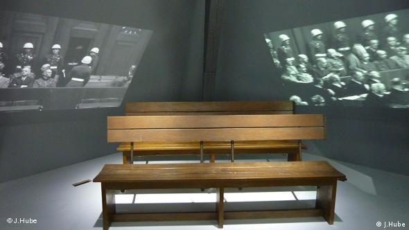 Две скамьи для подсудимых с Нюрнбергского процесса
