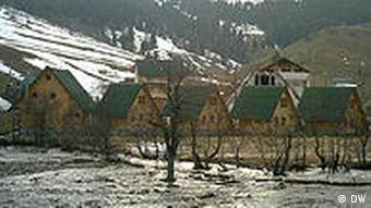 Albanien Holzhäuser für Besucher in den Rugova Bergen