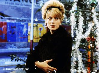 Catherine Deneuve in einer Szene des Films Die Regenschirme von Cherbourg (Foto: Kinowelt)
