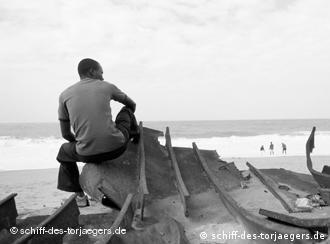 Szene aus dem Dokumentarfilm. Reste der Etireno am Strand von Cotonou (Foto: www.schiff-des-torjaegers.de)