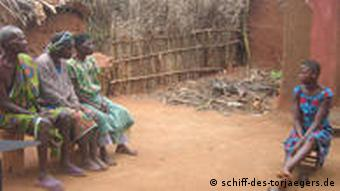 Adakou vor ihrem Haus (Foto: www.schiff-des-torjaegers.de)