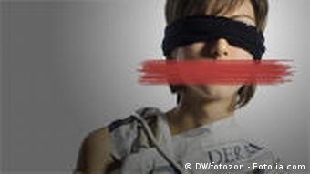 Eine Frau mit schwarzer Binde um die Auge, rotem Strich vor dem Mund und verbundenen Armen - Symbolbild Pressefreiheit (Foto: DW/fotozon-Fotolia.com)