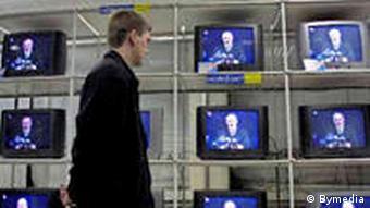 Александр Лукашенко на экранах телевизоров на прилавке магазина
