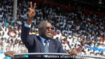 Laurent Gbagbo waves to supporters