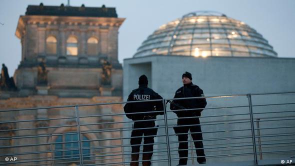 Zwei Polizeibeamte stehen vor dem Reichstag.(Foto: ap)