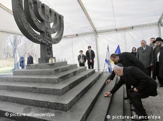 Президент Ізраїлю Шимон Перес покладає квіти до пам'ятника «Менора»