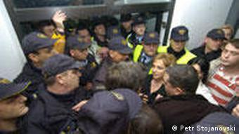 Die mazedonische Polizei und eine Journalistin