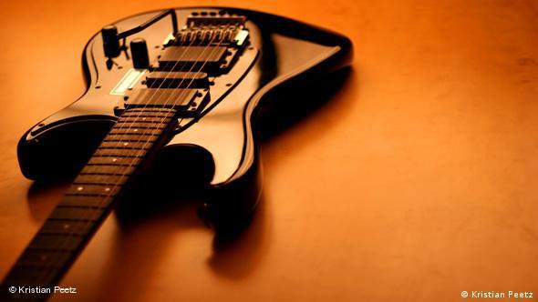 Μαύρη ηλεκτρική κιθάρα