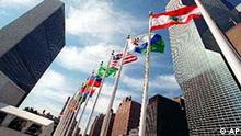 Das UN-Gebäude in New York mit Flaggen