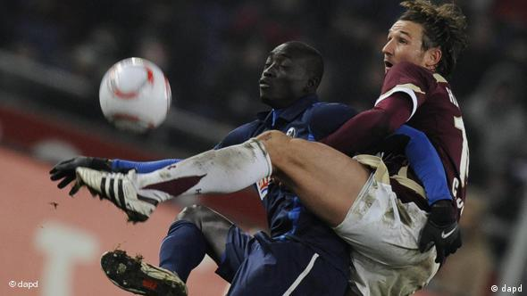 Cisse carrying an opponent on his back