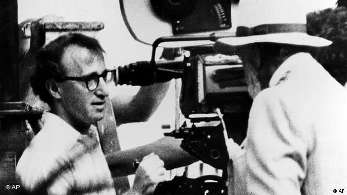 وودی آلن که کار خود را در صحنههای برادوی (نیویورک) با گفتارها و نمایشهای خندهدار شروع کرده بود، در شوهای تئاتر و تلویزیون کمدینی بااستعداد و نوجو شناخته شد. نخستین فیلمهای او نیز کمدیهای هجوآمیز در نقد خطاها و حماقتهای بشری بودند، اما آثار بعدی او بیشتر تأملی در روابط گسیخته، فرصتهای از دست رفته و آرزوهای بربادرفته هستند.