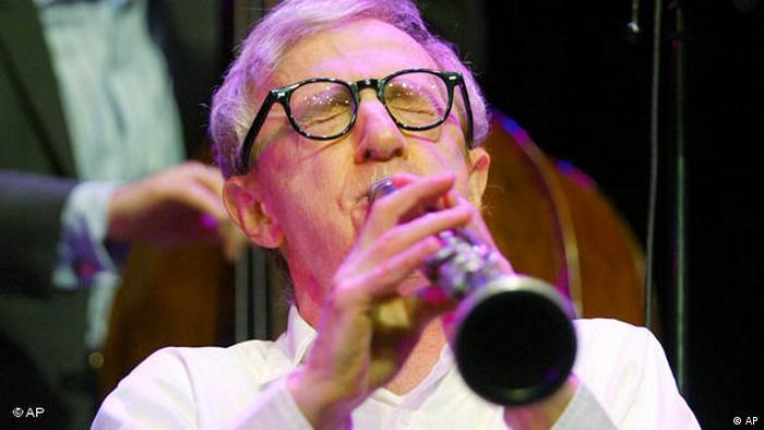 ناگفته نماند که وودی آلمان نه تنها در صحنه فیلم که در عرصه موسیقی نیز فعالیت دارد و کلارنیتنوازی متبحر محسوب میشود. آلن هنگام نواختن کلارینت در مراسم گشایش کنسرت گروه جاز نیو اورلئان در روز ۳۰ ژوییه ۲۰۰۴ در شهر اشتوتگارت آلمان.