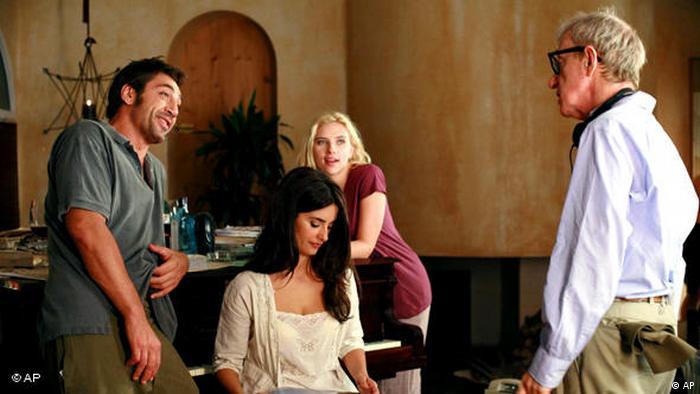 Szene von den Dreharbeiten zu Vicky Cristina Barcelona, links im Bild die Schauspieler Javier Bardem, Penélope Cruz und Scarlett Johansson, rechts Regisseur Woody Allen (AP).