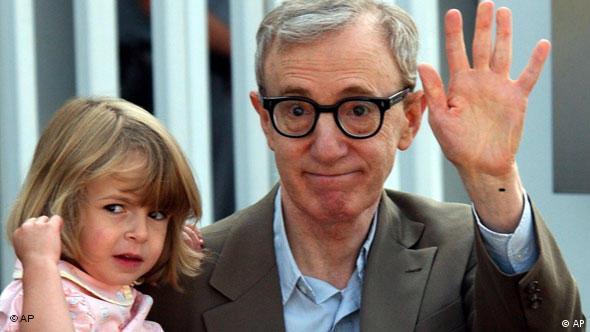 با دخترش مانسی به هنگام ورود به ایتالیا برای معرفی فیلمش چیزی غیر از این در جشنواره فیلم ونیز سال ۲۰۰۳