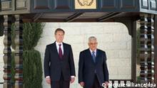 Bundespräsident Christian Wulff triff den Präsidenten der Palästinensische Autonomiegebiete, Mahmoud Abbas am 30.11.2010 in Bethlehem. Die viertägige Auslandsreise des Bundespräsidenten nach Israel soll am Dienstag (30.11.) mit einem Besuch in den Palästinensischen Gebieten enden.Foto: Bundesregierung / Guido Bergmann +++(c) dpa - Bildfunk+++ 21740716