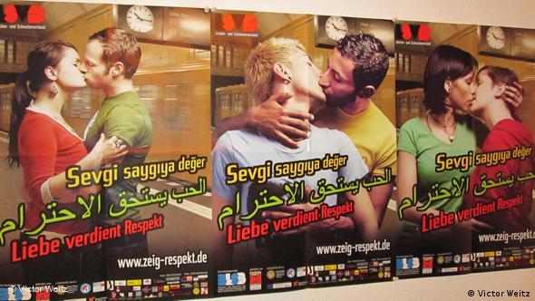 Плакат на школьной стене на немецком, турецком и арабском языках