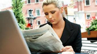 Internet Computer Laptop Arbeit Zeitung Kaffee Internetcafé