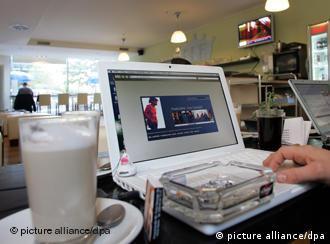 Weltrettung am Notebook mit WLAN in der Cafeteria (Foto: dpa)