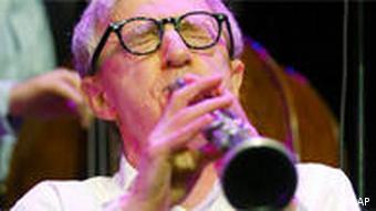 هنگام نواختن کلارینت در مراسم گشایش کنسرت گروه جاز نیو اورلئان در ۳۰ ژوییه ۲۰۰۴ در اشتوتگارت