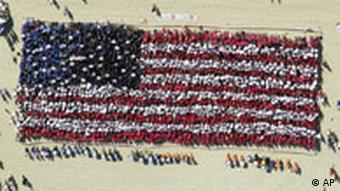 Menschentraube formt US-Flagge zur Erinnerung an die Anschläge am 11.September vor einem Jahr
