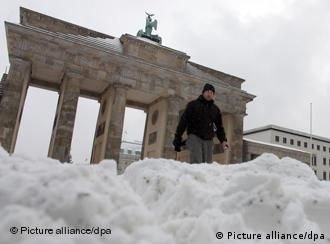 Snow in front of berlin's Brandenburg Gate