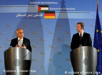 صورة من الأرشيف :رئيس الحكومة الفلسطينية فياض ووزير الخارجية الألماني فيسترفيلّه بعد بحث المساعدات الألمانية لحكومته في برلين