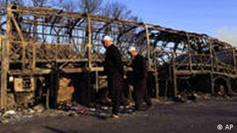 Gerippe eines abgebrannten Reisebusses (Foto: ap)