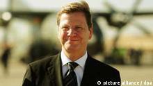 Außenminister Guido Westerwelle (FDP) verlässt am Samstag (04.12.2010) eine Transall auf dem Flugplatz von Bagdad, Irak. Bei seinem Blitzbesuch in Bagdad hat Westerwelle dem Irak deutsche Hilfe zum weiteren Wiederaufbau zugesagt. Westerwelle appellierte an die irakischen Parteien, stabile Verhältnisse zu ermöglichen. Der Besuch findet unter strengem Polizeischutz statt und die Reisepläne wurden bis zur Ankunft geheim gehalten. Foto: Hannibal dpa +++(c) dpa - Bildfunk+++