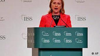 خانم کلینتون در منامه گفت که همسایگان ایران احساس خطر میکنند