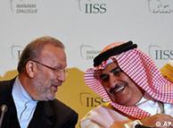 منوچهر متکی،  وزیر امور خارجه ایران (چپ)، و شیخ خالد بن احمد الخلیفه، وزیر امور خارجه  بحرین، در نشست امنیتی منامه