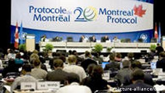 UN-Konferenz einigt sich auf schnelleren Schutz der Ozonschicht A general view of the assembly during the last assembly of the 20th Montreal Protocol, 21 September 2007. Environmental ministers and senior officials from 191 nations meeting in Montreal this week are close to reaching a deal on a crucial environmental agreement to further reduce the use of ozone-damaging chemicals, a United Nations official said today. Nick Nuttall, spokesman for the United Nations EnvironmentProgramme, said negotiations to freeze the production and phase out the use of ozone-damaging chemicals known as hyrdrochlorofluorocarbons (HCFCs) were focused on three areas. EPA/ANDRE PRICHETTE +++(c) dpa - Bildfunk+++ Verwendung nur in Deutschland, usage Germany only