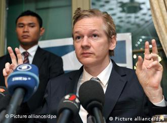 Julian Assange bei Pressekonferenz (Foto: dpa)