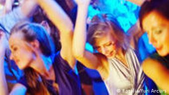 молодые девушки танцуют на дискотеке