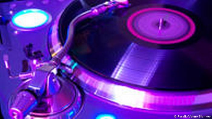 Symbolbild Tanzen Club Pop Musik Disko Plattenteller Turntables ausgehen (Fotolia/Valery Sibrikov)