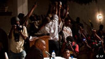 Richardson Dumele, Vorsitzender der Wahlkomission (unten li.) gibt die Ergebnisse vor Journalisten bekannt (Foto: ap)