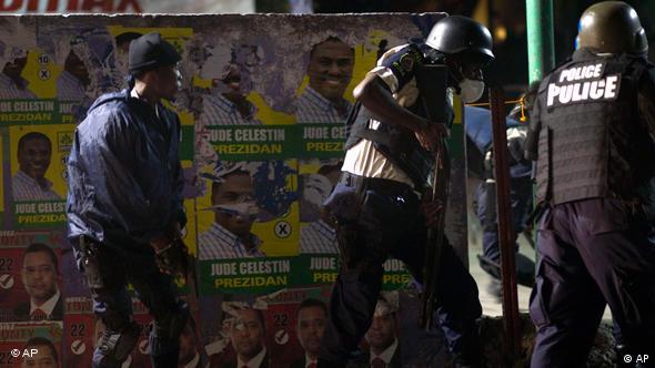 Polizisten im Einsatz (Foto: ap)
