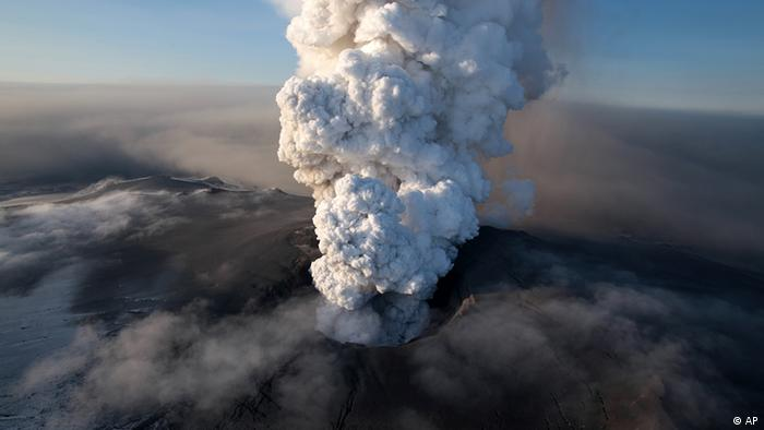 Plume of smoke rises up from Eyjafjällajökull crater (AP)
