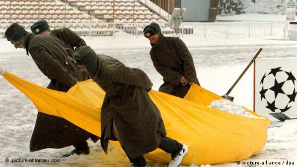 Ukrajina, snijeg, hladnoća i nogomet - priča za vječnost! Ovdje vidimo kako ukrajinski vojnici 1999. godine čiste stadion kijevskog Dinama uoči meča u Ligi prvaka protiv madridskog Reala